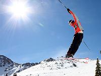 Skieur en plein saut sous un ciel bleu