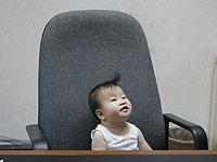 Bébé dans un grand fauteuil de bureau