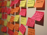Post-its sur un mur - atelier participatif
