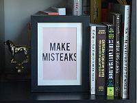 """""""Make misteaks"""" écrit avec une faute (mistakes)"""