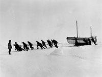 Shackleton - les hommes tirent le canot James Caird sur la glace