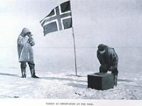 Pionnier du Pôle Sud plantant un drapeau