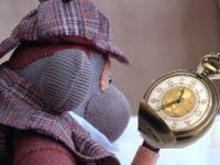 Peluche Sherlock Holmes regardant sa montre