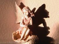 Statue d'ange dont l'ombre ressemble à un démon