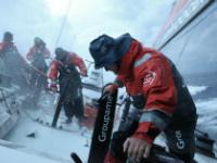 Equipage du voilier Groupama en pleine action sous les embruns
