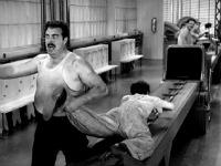 Charlie Chaplin aux prises avec la cadence de la machine - Les Temps Modernes