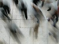 Foule de piétons pressés dans un lieu public