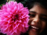 Jeune fille avec une fleur rose fuschia