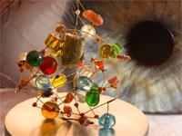 Oeil regardant un minuscule objet complexe