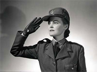 Femme militaire au garde à vous