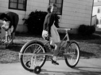 Jeune femme faisant du vélo avec des petites roues