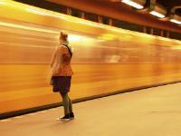 Femme regardant un métro partir