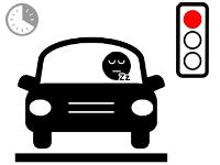 Conducteur dormant au volant devant un feu bloqué au rouge
