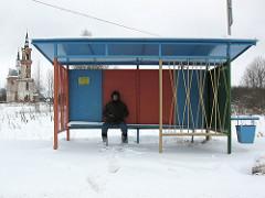 Personne attendant à l'arrêt de bus dans la neige