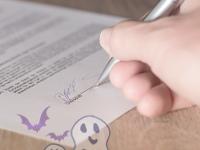 Main signant un contrat, avec un fantôme en transparence, danger