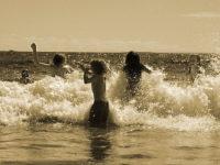 Enfants se jetant dans les vagues de la mer, action !