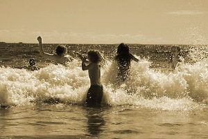 Enfants se jetant dans la mer