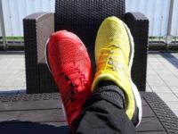 Des baskets de couleurs différentes, liberté face aux injonctions